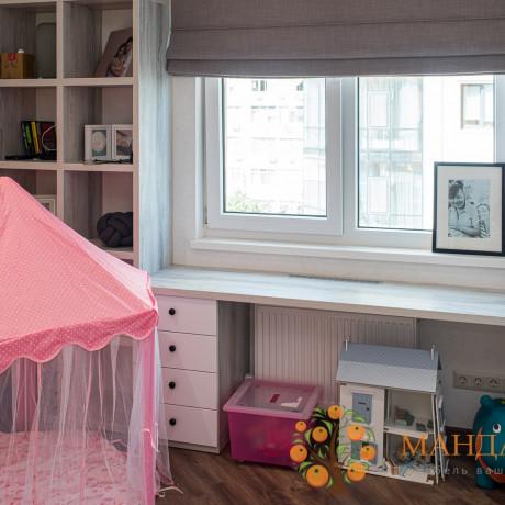 Стол у окна в детской