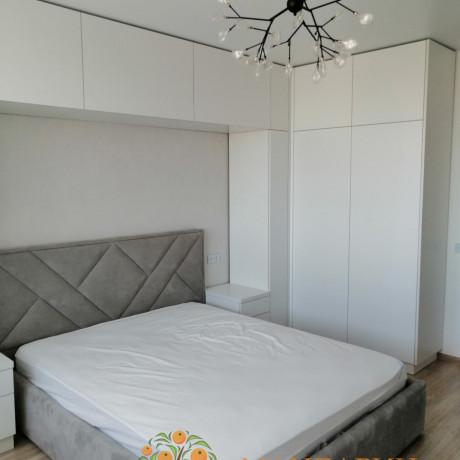 Шкафы вокруг кровати в спальню